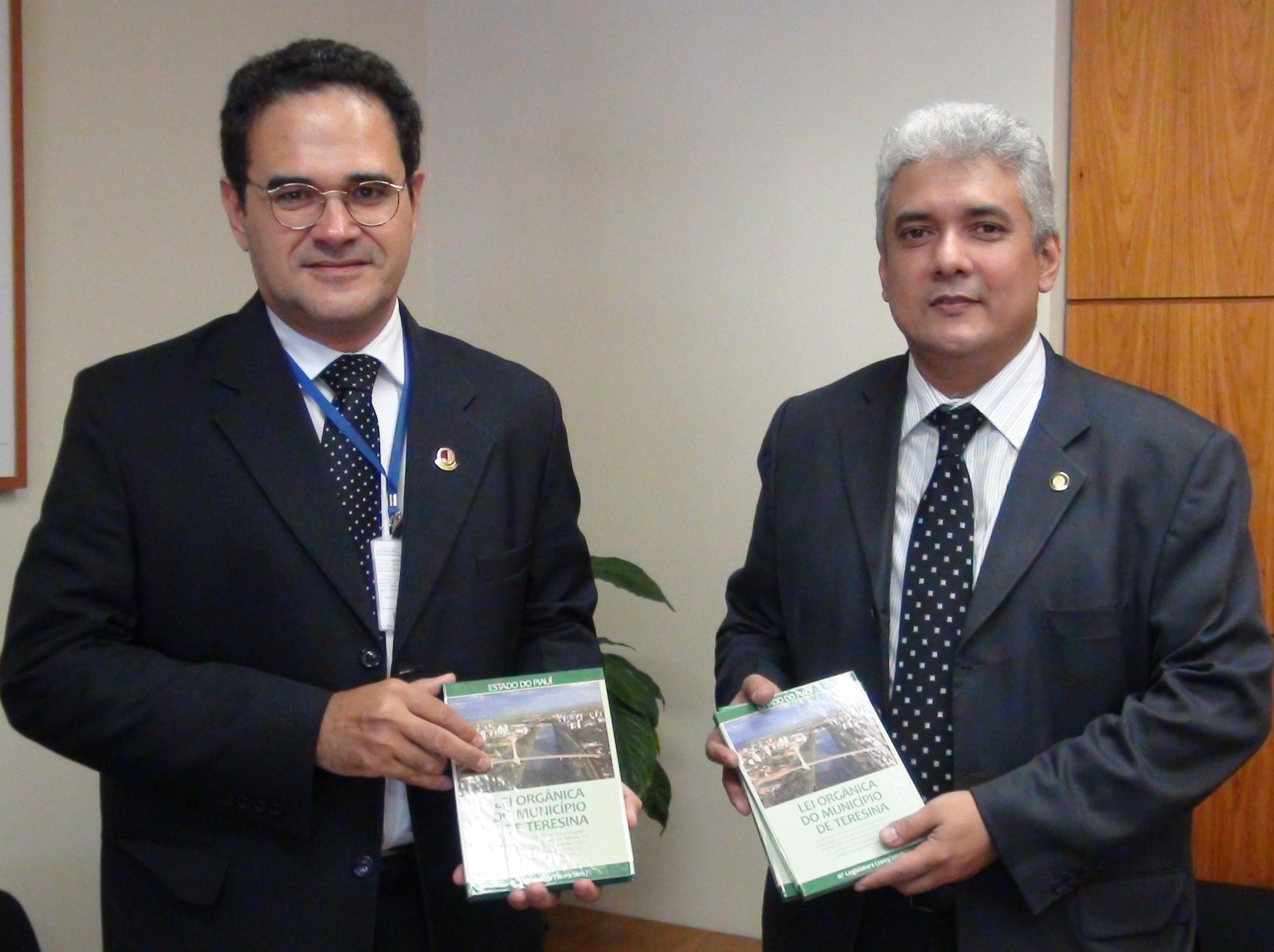 MODERNIZAÇÃO - Vereador de Teresina apresenta edição da Lei Orgânica feita sob consultoria do Interlegis