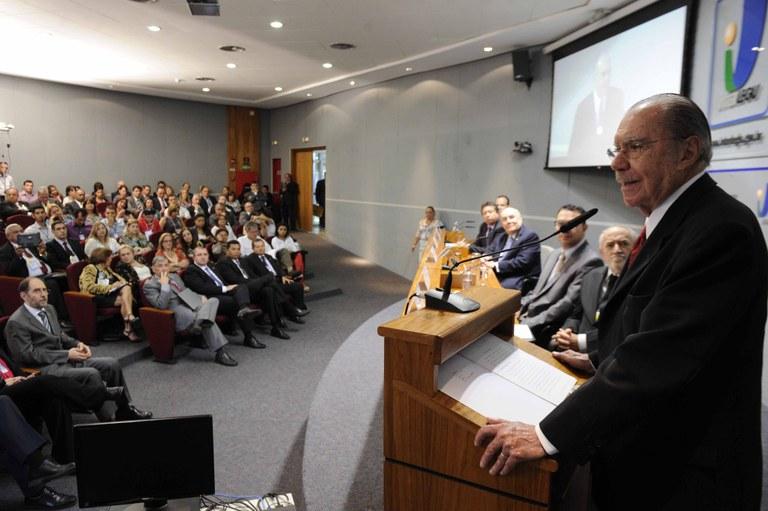 Sarney recebe homenagem durante encontro de Escolas do Governo e do Legislativo