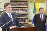 """Eunício Oliveira exalta """"brilhantismo"""" de Ronaldo Cunha Lima em lançamento de livro com discursos e poemas de ex-senador"""