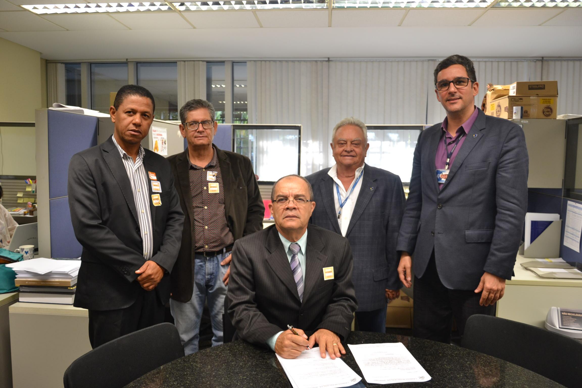 Câmara de Janaúba entrega requerimento para implantação de ferramentas Interlegis