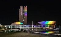 Congresso Nacional é iluminado com cores da bandeira LGBTI
